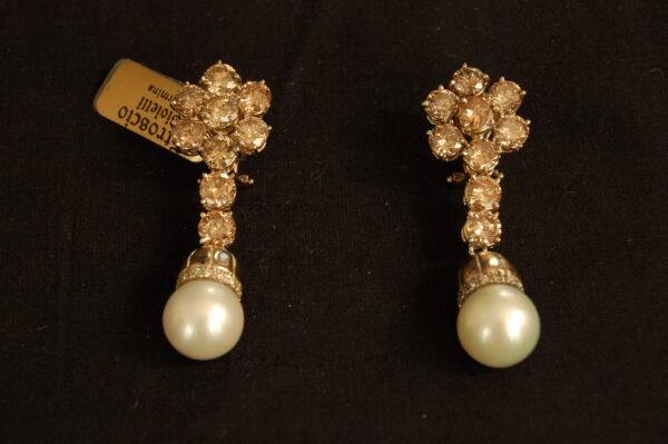 Orecchini pendenti con brillanti e perle naturali .