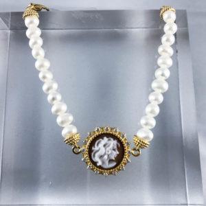 Bracciale di perle in argento dorato con un cameo che raffigura un volto