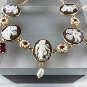 Bracciale in Argento dorato con Camei che raffigurano puttini , corniole e perle pendenti .